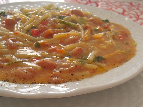 La minestra di fagioli e tenerumi è una versione siciliana della pasta con i fagioli freschi che prevede l'aggiunta di tenerumi...