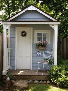 Reiyendes kleines Gartenhaus in Blau und Weiß. Mehr auf https
