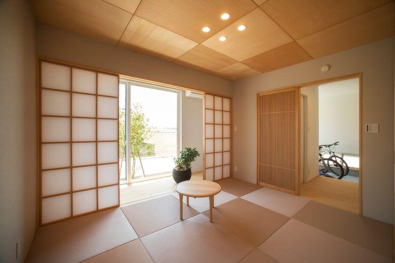 縁側が付いた離れ和室 琉球畳に合わせた天井の模様がモダン 和