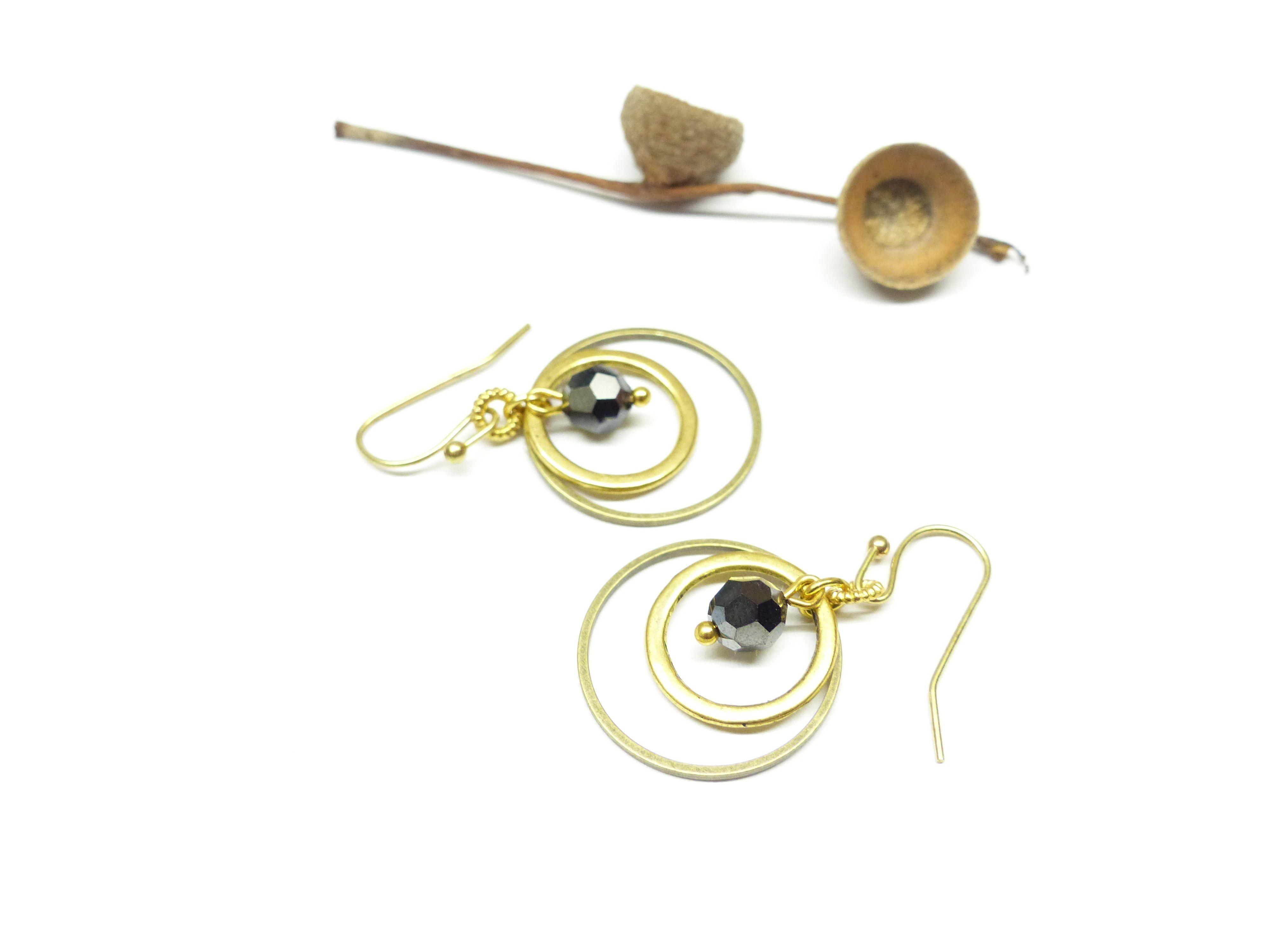 """11,90€ """" Éclatantes """" Boucles d'oreille créoles noires et dorées. Boucles d'oreille cristal swarovski noir. Boucles d'oreille anneaux dorés et cristal noir. Boucles d'oreille chics anneaux dorés. Boucles d'oreille créoles dorées"""