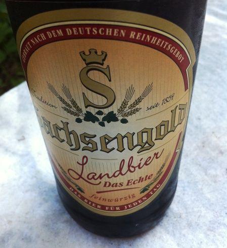 Bier (1): Sachsengold Landbier ★★★  Das Landbier von Sachsengold ist eine Handelsmarke der deutsch-dänischen Handelskette Netto, die es aber auch beim Discounter Norma gibt. Es ist genau das, was die Werbung verspricht: ein Bier für jeden Tag.  Honiggelb, leicht (4,9 % vol), feinherb,  süffig, gut gehopft.  Gebraut wird es in der Mauritius Brauerei in Zwickau. .