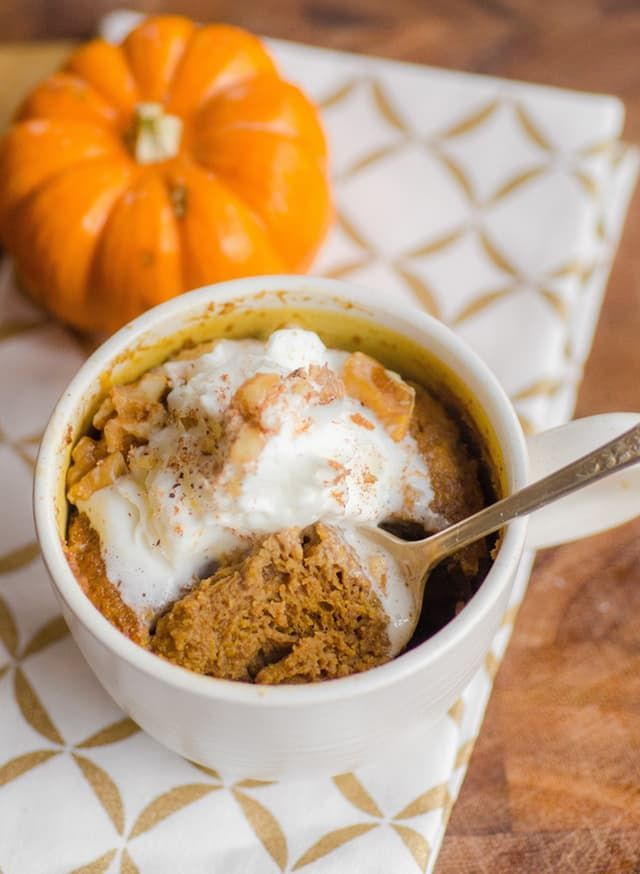 Pie Mug Cake If you love pumpkin pie and just can't wait until Thanksgiving dinner to taste your first slice, then I have a dessert for you. This is a little cup of pumpkin pie, mug cake-style, with a gingersnap crust and snappy spices, and it feeds just one person: you. Make it in a mug, in the microwave, and you can be eating pumpkin pie 10 minutes fro