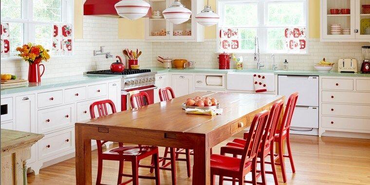cuisine bois rouge idée table bois déco fleurs table chaises
