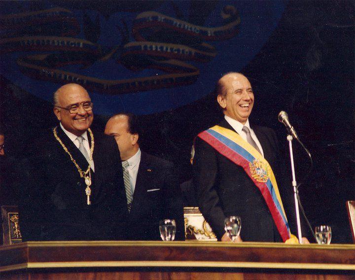 El 2 de Febrero de 1989 Jaime Lusinchi le entrega la banda presidencial a CAP