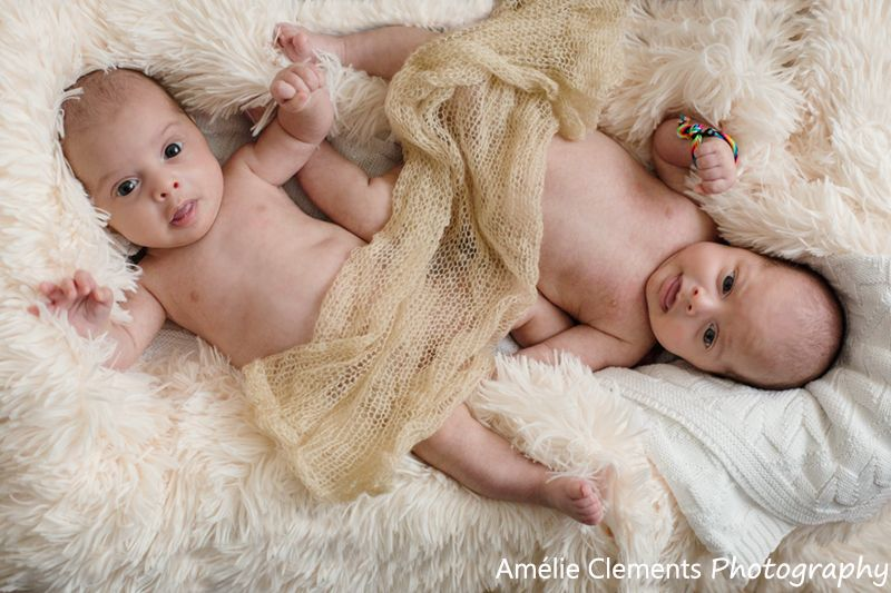 Baby photographer in zürich twins photo shoot by amélie clements photography family photosession at home with