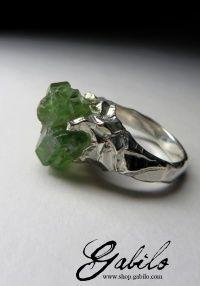 Кольцо с кристаллами демантоида