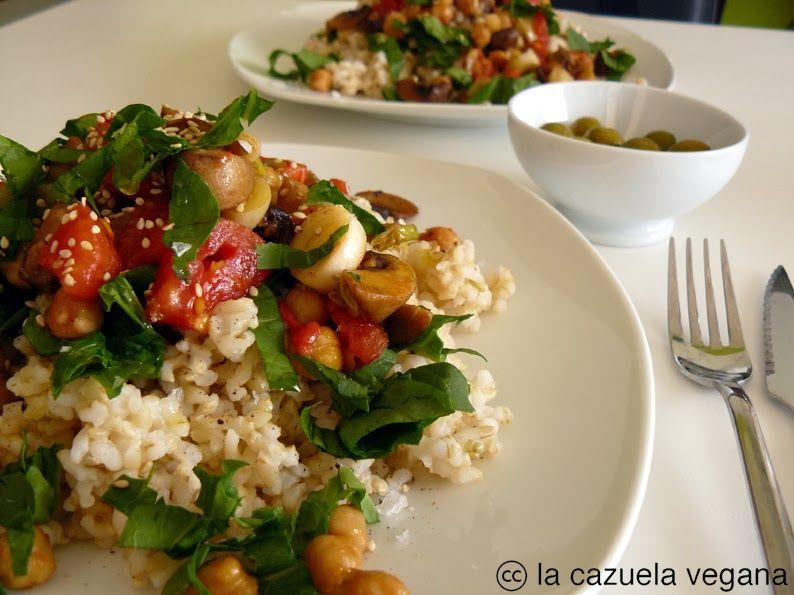 La Cazuela Vegana: Arroz integral con salteado de puerros, champiñones, tomates y garbanzos
