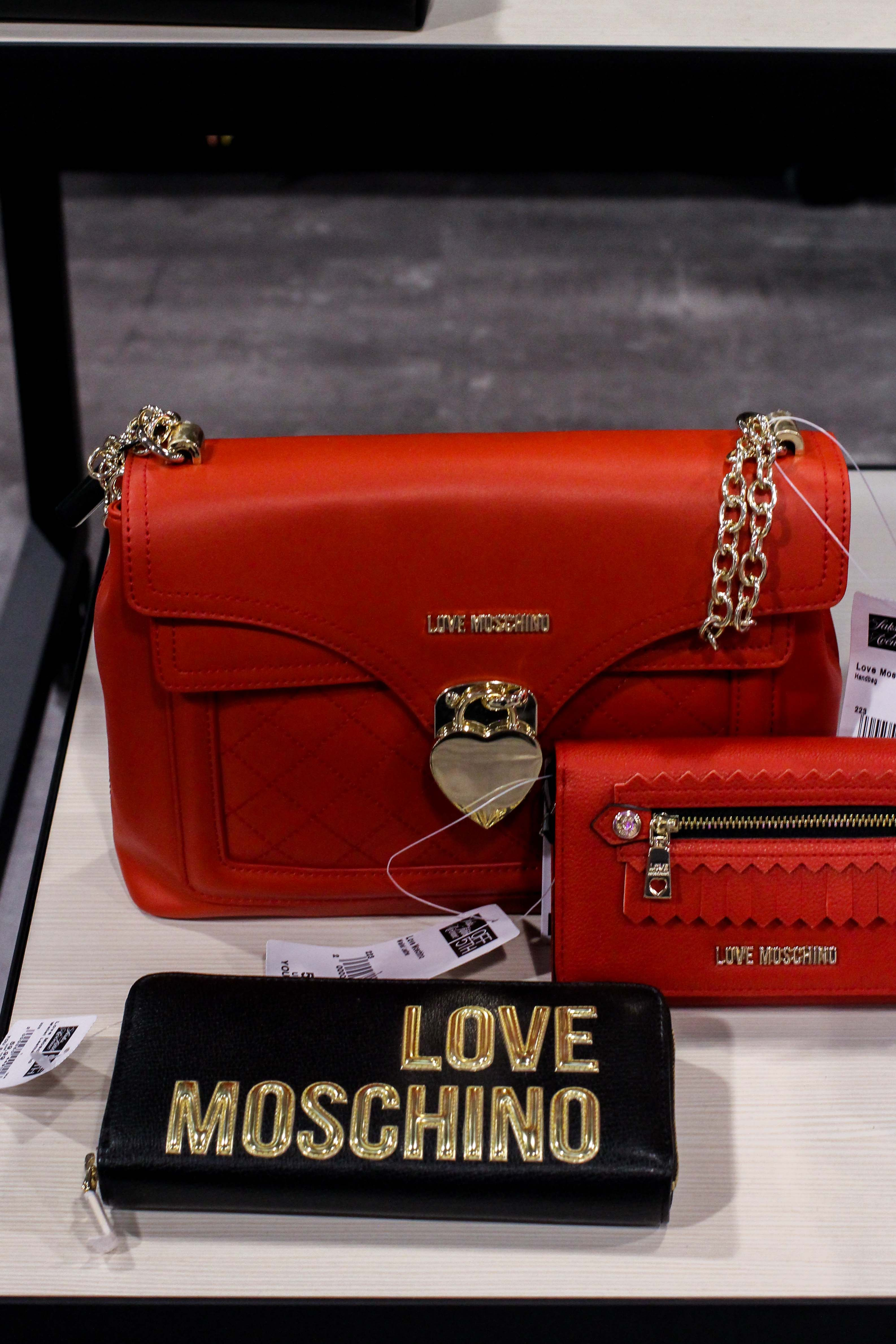 93c862381c9d4 Moschino Taschen rot Store Opening Saks OFF 5th Avenue Bonn Premium-Marken  Outletpreis Designer Outlet Bonn Modeblog love bag