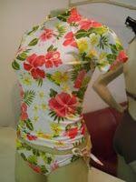 camiseta lycra estampa hibiscus com calcinha de biquíni. Escolha o tecido e o modelo da calcinha