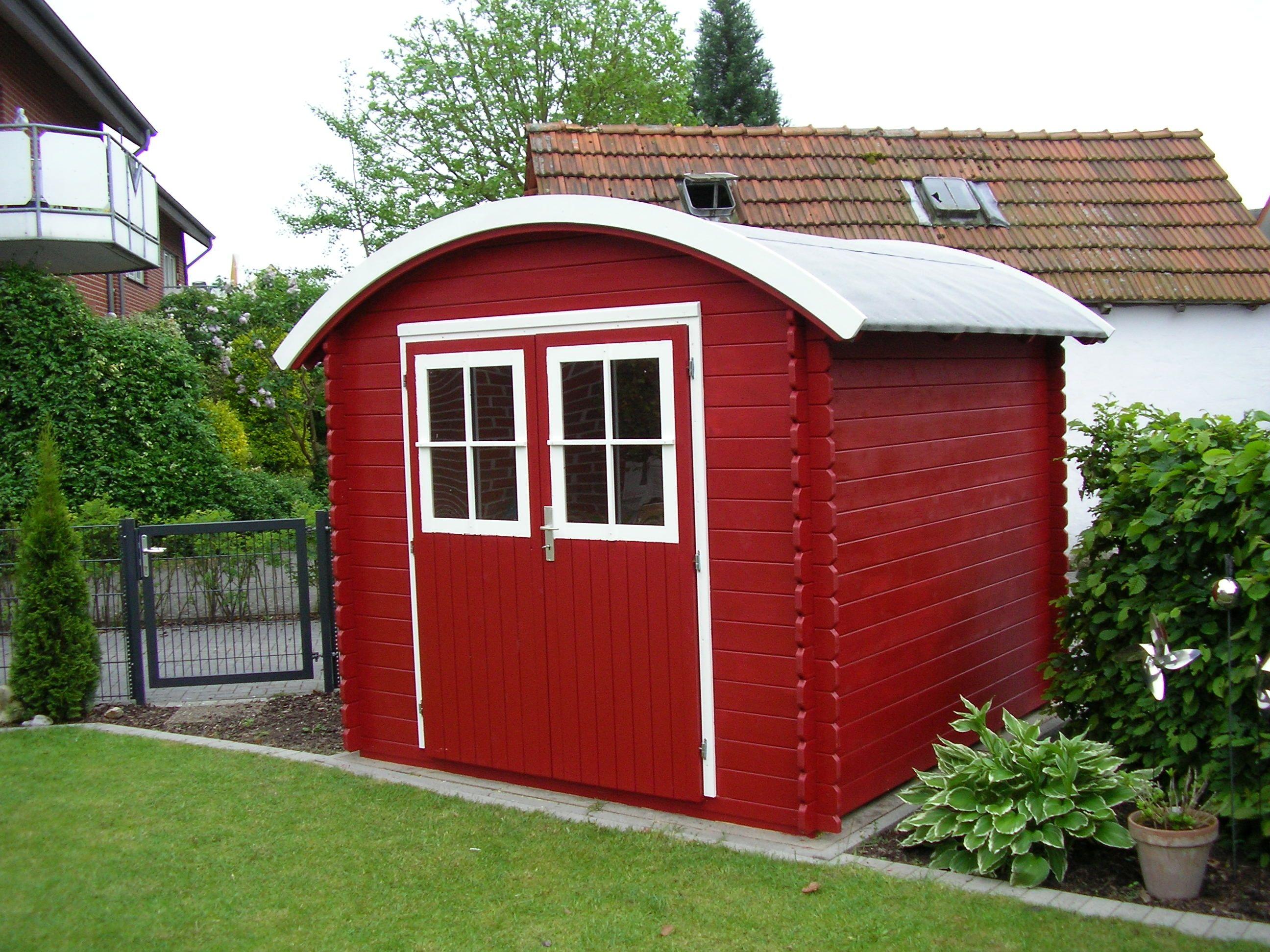 In leuchtendem Schwedenrot prangt dieses Gerätehaus in