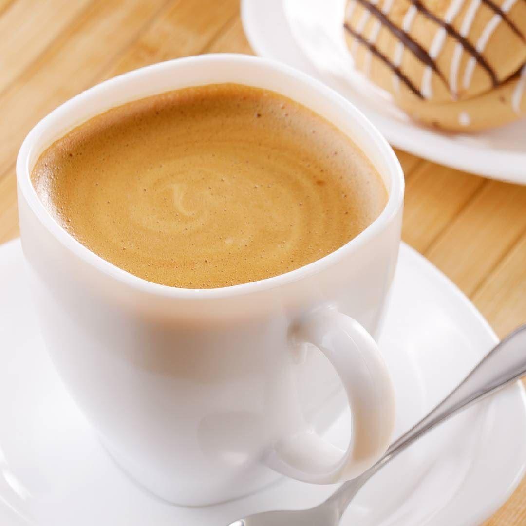 Que tal começar o dia tomando um café quentinho e cremoso?  A receita é simples e rende muito! Anote!  Ingredientes:  1 medida de café solúvel em pó 1 medida de água quente 2 medidas de açúcar  Modo de preparo:  Misture todos os ingredientes na batedeira até obter uma consistência cremosa (aproximadamente 10 minutos). Para servir coloque uma ou duas colheres (sopa) de leite quente na xícara e misture.  Conserve a bebida em potes no freezer  Foto: Shutterstock  #bomdia #JornalElaTotal #coffee…