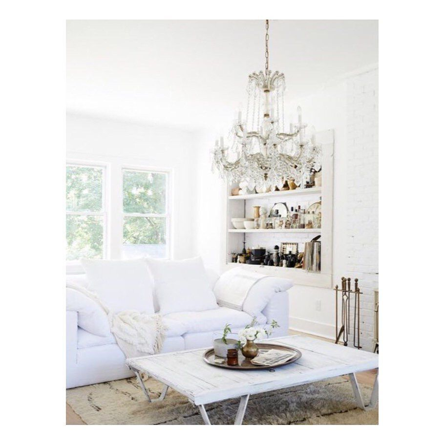 ⚫️12 Fresh Summer Paint Colors That Make Every Day Feel Like Vacation ————————————— 1️⃣1️⃣ Bright White  Lets be real: Bright white paint boasts the summeriest vibe of all. That being said, it also works for every other season (yes, you can break that Labor Day rule in the name of crisp winter whites). In this living room designed by Leanne Ford Interiors, a cool white palette is grounded by layers of plush rugs and rich materials.  از رنگ‌ سفید � #leannefordinteriors