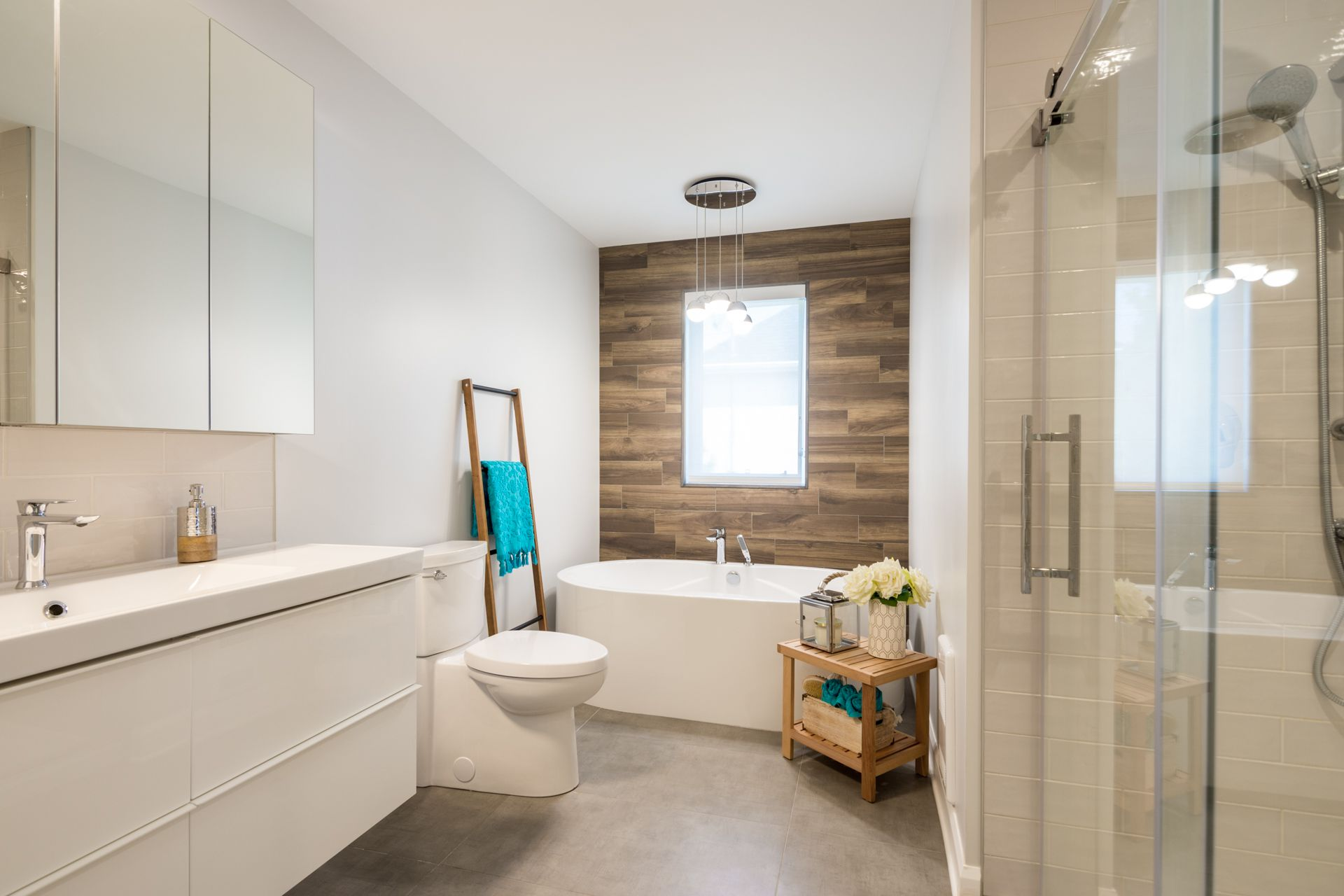 Salle De Bain Blanche Et Mur En Porcelaine Imitation Bois White Bathroom And Imitation Wood Porcelain Wall White Bathroom Salle De Bain House