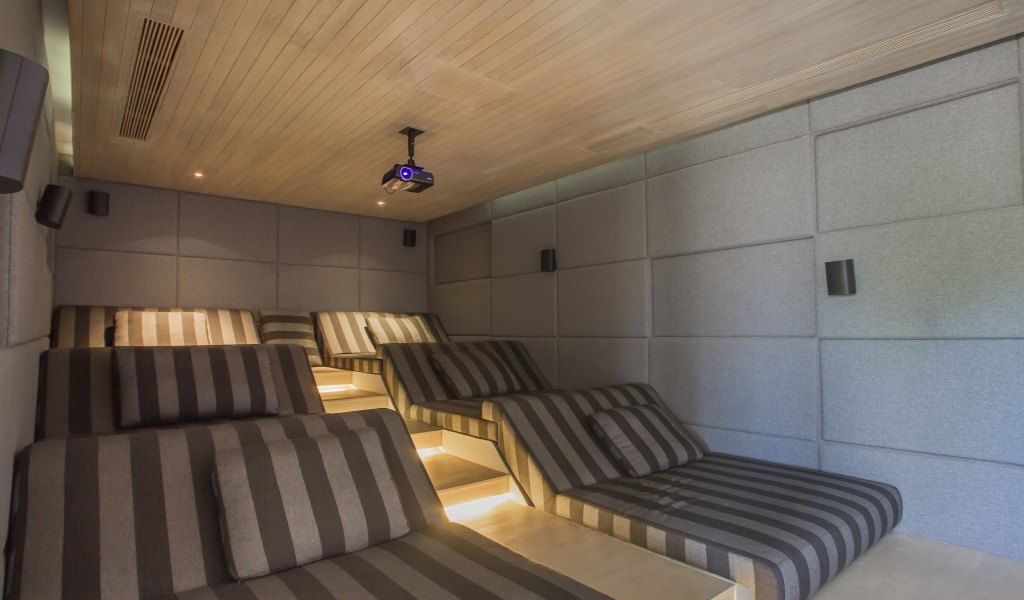 Sala de cine en casa home cinema media game rooms pinterest villas movie rooms and room - Sala cine en casa ...