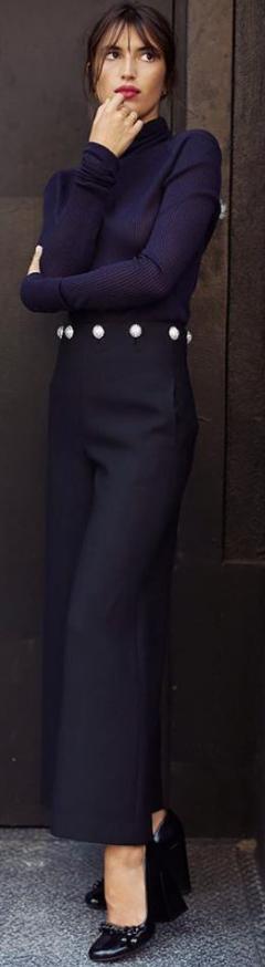 Photo of Jeanne Damas iført Candace Turtleneck og Fremont Pant