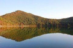 宮城県大崎市鳴子温泉にある潟沼かたぬま 1200年前に火山の噴火でできたカルデラ湖で世界でもトップクラスの酸性度 天候によってブルーやエメラルドグリーンなど様々な色に変化しその景色はまさに絶景 湖面をボートで楽しむこともできちゃいますよ Tags 宮城県 火山