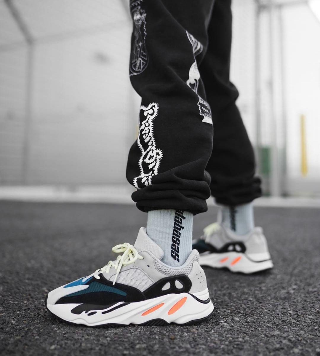 Yeezy 700 Wave Runner Solid Grey | Chaussures yeezy, Yeezy