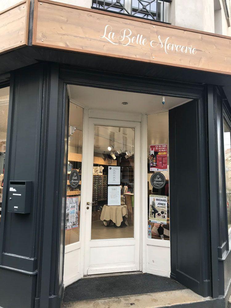Vitrine de la boutiqu La Belle Mercerie avec Isabelle à La Ferté-sous-Jouarre