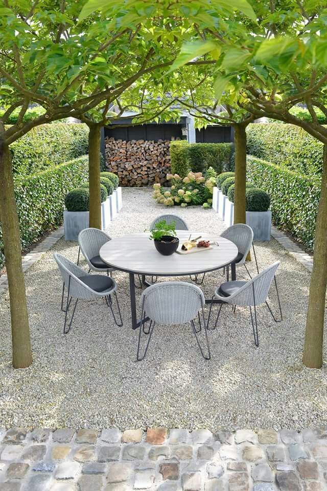 Awesome Garden Landscaping Ideas For Small Gardens: Modern Gravel Patio With Tree Pergola And Boxwood