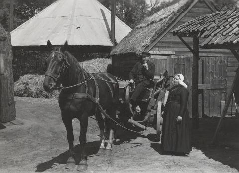 Echtpaar In Streekdracht Uit Blaricum Met Paard En Wagen