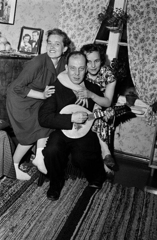Juhlat kotona, kaksi naista ja mies, jolla mandoliini. -...