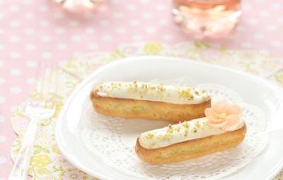 L'éclair è un pasticcino di forma allungata realizzato con pasta choux, la stessa con cui vengono preparati i bignè. Questi dolcetti di origine francese, solitamente vengono riempiti con crema e deliziosamente decorati con una coloratissima glassa dello stesso gusto del ripieno.
