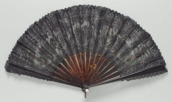 Second half 19th century, France - Black lace fan - Tortoise shell; lace, mounted