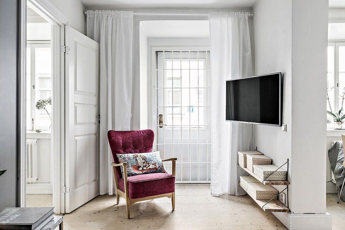De zithoek in deze kleine woonkamer is super leuk en knus ingericht ...