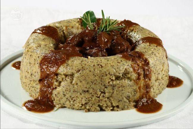 CAPRIOLO IN SALMI' è un piatto tipico Valdostano tradizionalmente servito con la polenta di grano saraceno. Il salmì si ottiene facendo frollare la carne per almeno 12 ore con Vino rosso, Cipolle, Bacche di ginepro, Aglio, Salvia, Alloro, Rosmarino, Finocchietto selvatico e Chiodi di garofano. La ricetta classica prevede polpa di capriolo, Cipolle, Carote, Sedano, Burro, Olio extravergine d'oliva, Sale fino e Pepe nero.#CarnevaliLuigi https://www.facebook.com/IlBuongustaioCurioso/