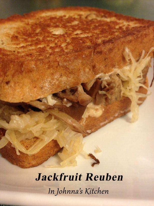 Jackfruit Reuben de In Johnna's Kitchen. Sin gluten, sin lácteos, vegano.