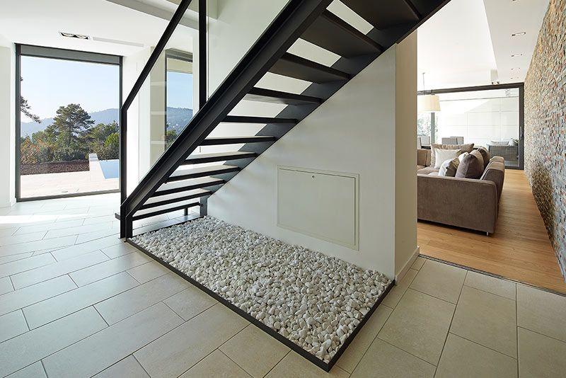 una elegante escalera de hierro con peldaos cermicos de 120 cm - Escaleras Voladas