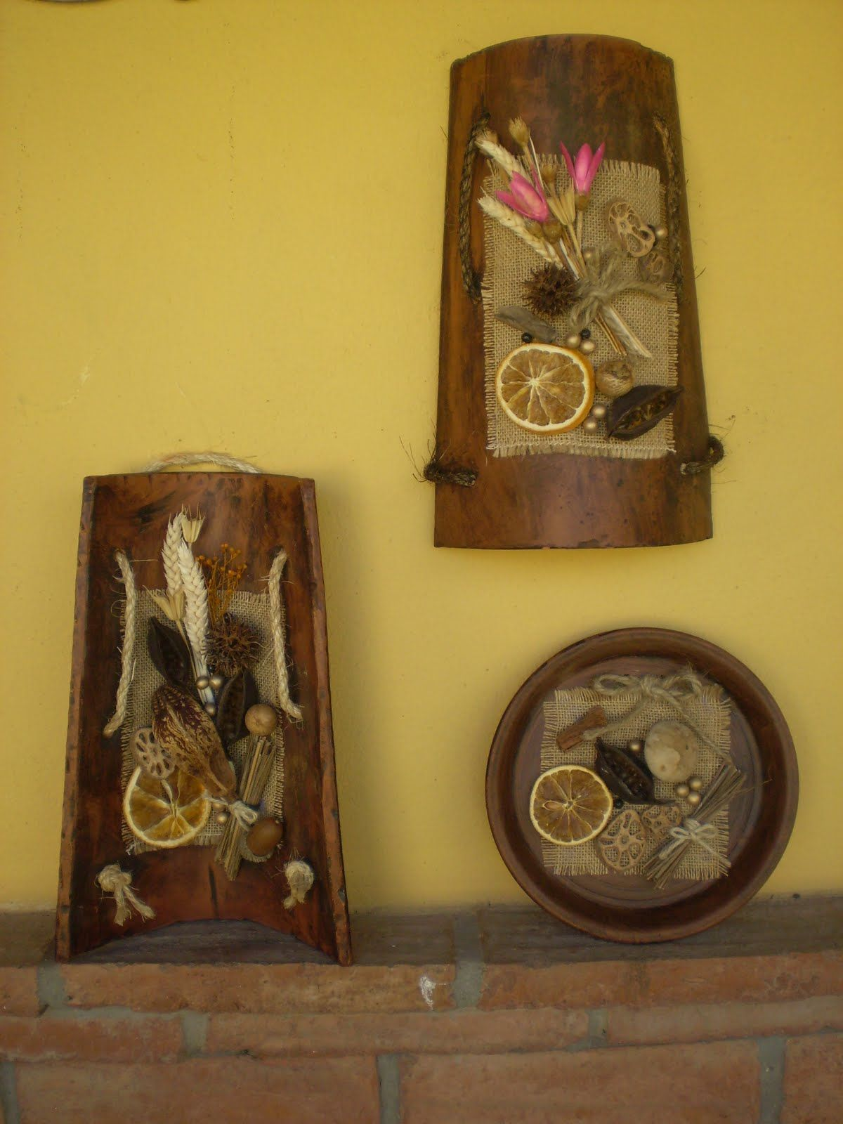 Tejas y platos envejecidos y decorados con semillas secas - Cuadros con tela de saco ...