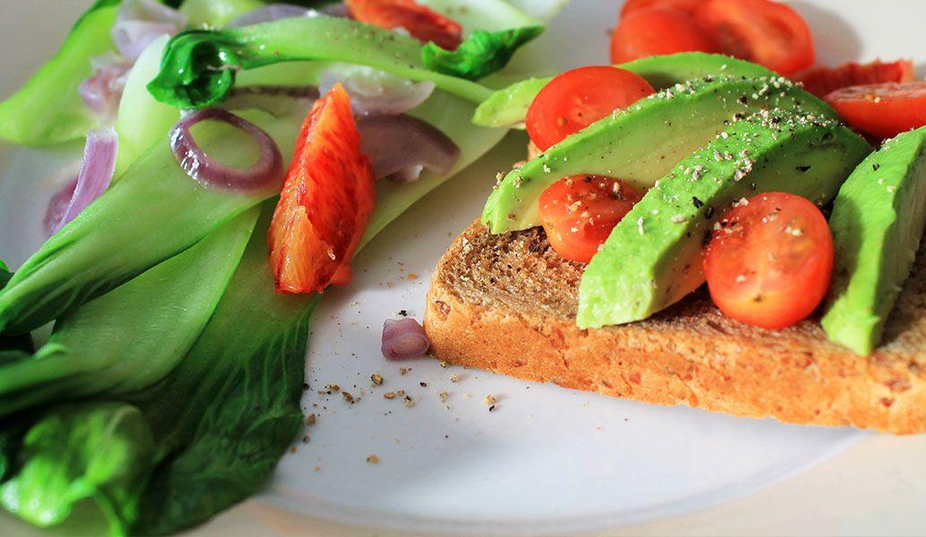 Ein Foto vom Mittags Snack – gedünsteter Pak Choi und Avocado