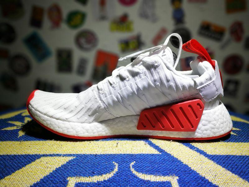 L'adidas nmd r2 centro confezione rossa è composta da una coppia in bianco