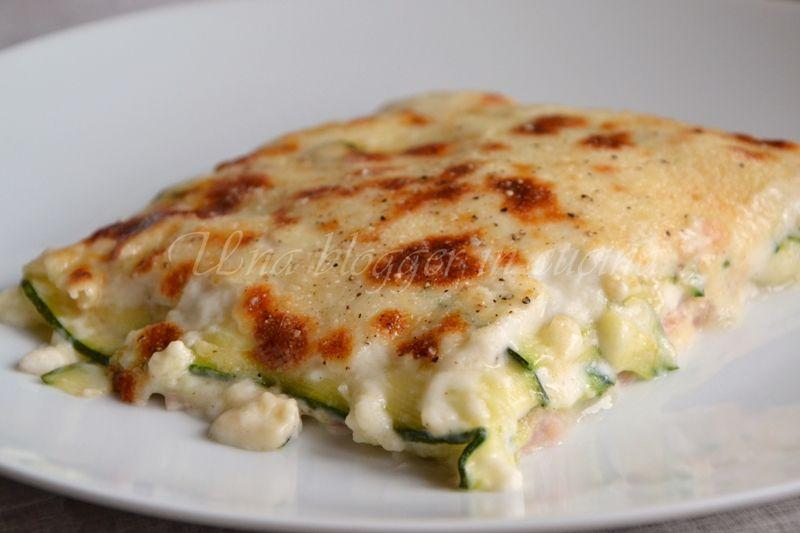 Parmigiana di zucchine e prosciutto, un piatto molto saporito, filante e ricco, con besciamella, prosciutto cotto e mozzarella.