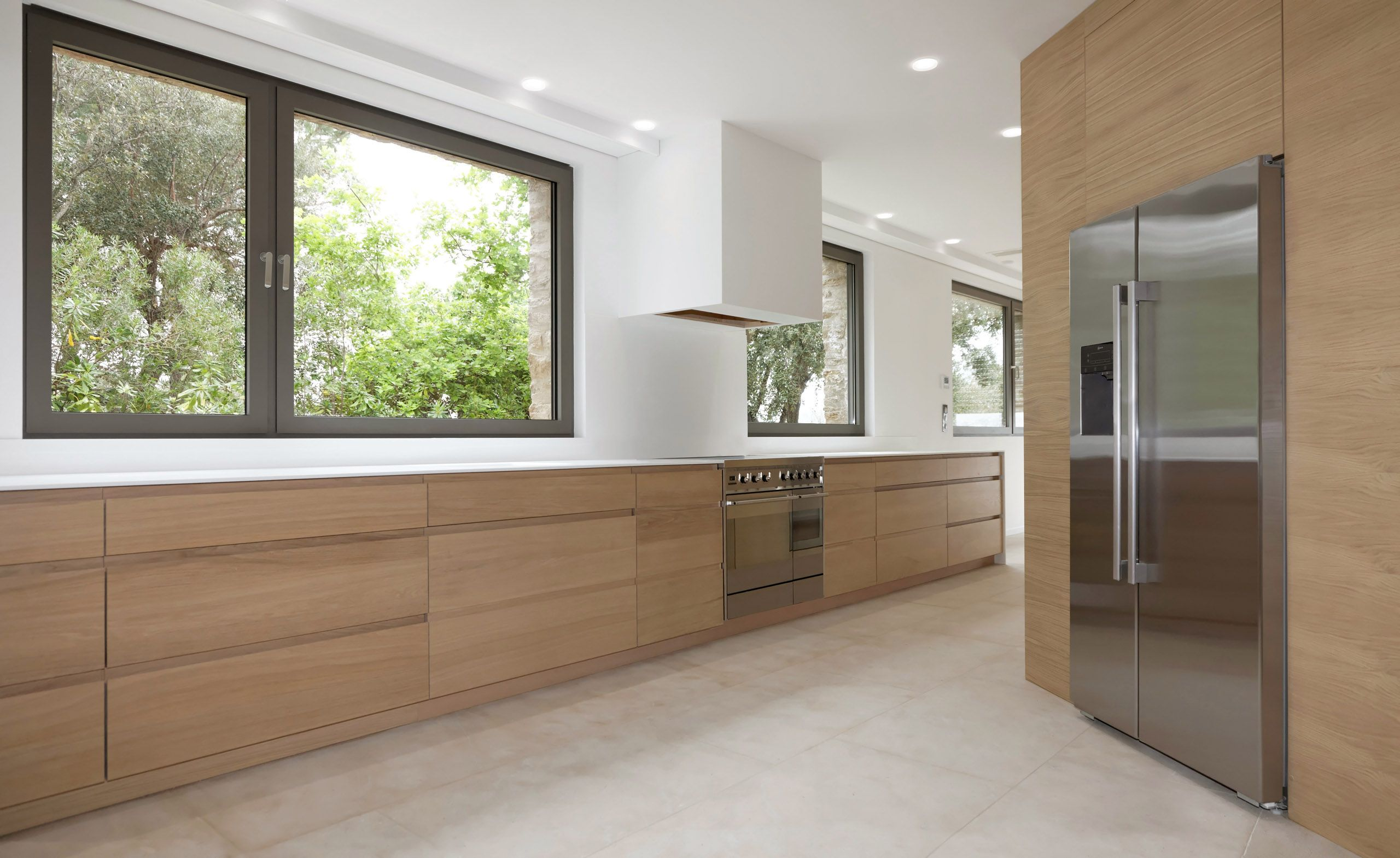 R alisation d une cuisine en bois et plan de travail en corian pour une villa saint tropez - Cuisine en corian ...