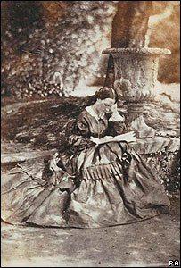 """Rara foto de Florence Nightingale (1958) descubierta en el 2006. Ella fue apodada """" La Dama de la lámpara"""" por su hábito de hacer rondas en la noche para atender a los soldados heridos .  Las fotografías de Florence Nightingale son muy raras porque ella era muy reacia a ser fotografiada, en parte por motivos religiosos"""