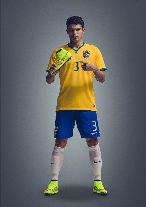 85159dad46 O capitão da seleção brasileria Thiago Silva com chuteira (Foto  Divulgação    Nike )