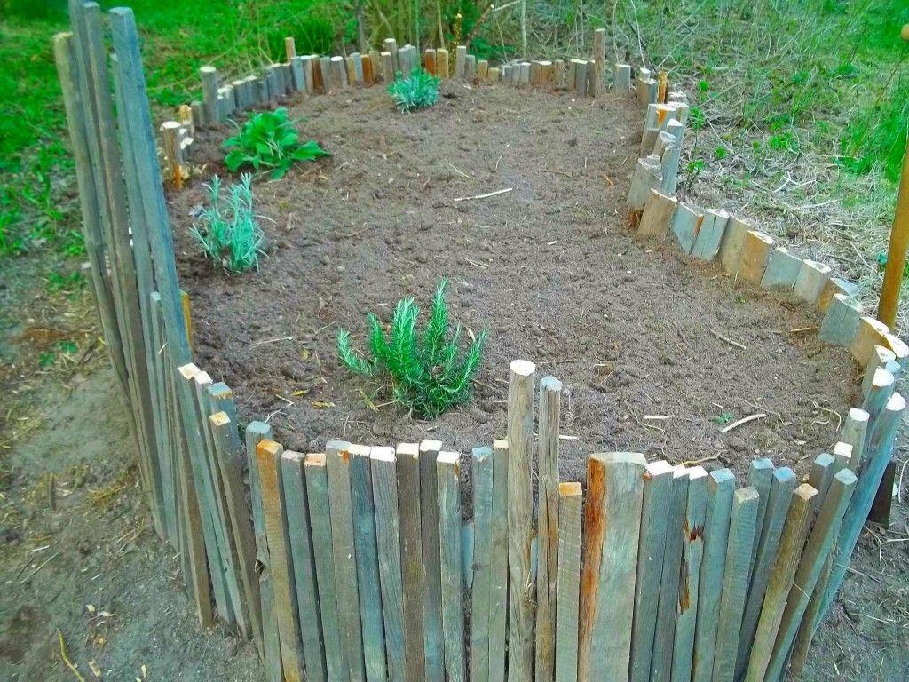 Die Latten Wurden Einfach Mit Dem Hammer In Den Boden Gerammt Garten Hochbeet Gartenliebe