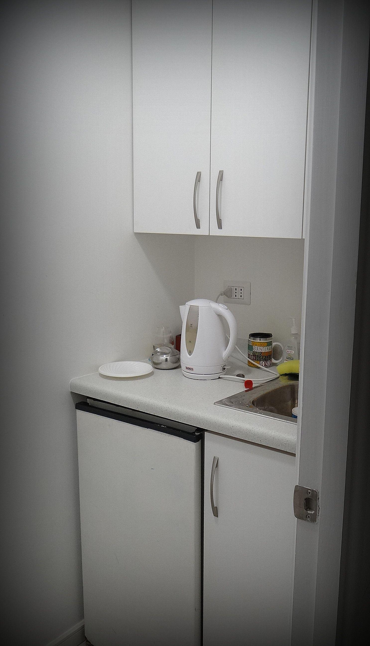 Mueble peque o para espacio de cocina lavaplato y mueble for Mobiliario cocinas pequenas