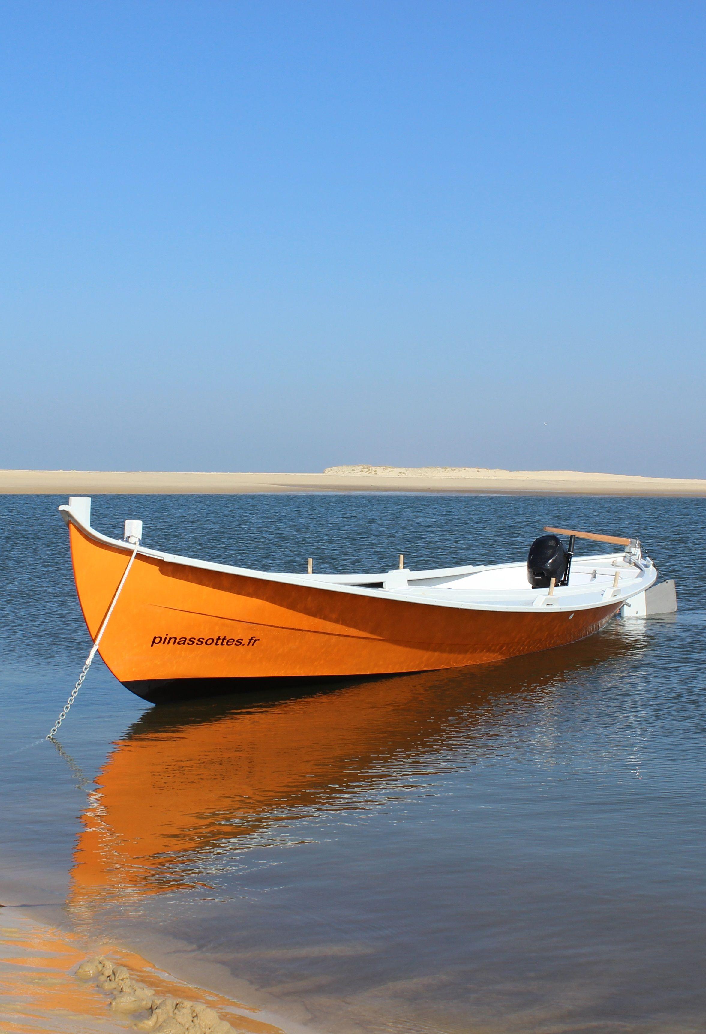 cette pinasse n 39 attend que de vous emmener sur les eaux calmes du bassin bateaux pinterest. Black Bedroom Furniture Sets. Home Design Ideas