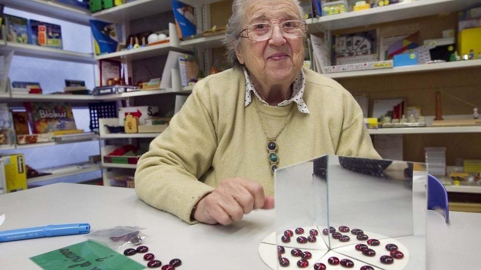 Cuál es el número que sus dos quintas partes son doce?', pregunta por sorpresa Maria Antònia Canals, de 83 años, nada más entrar esta periodista y la fotógrafa