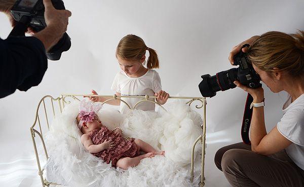 Gracias a Noonu Fotógrafos, organizamos una sesión de video y fotos con 3 recién nacidos y 3 bebés. Para el reportaje utilizamos atrezzo y ropa especial para fotos de El Recien Nacido.