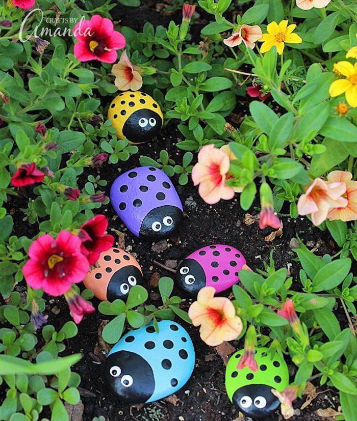 Gartendekoration hausgemacht, bunte Blumen, Marienkäfer in verschiedenen … - Diydekorationhomes.club #gartendekoselbermachen