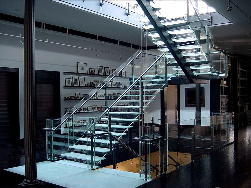 Quer trazer um toque de modernidade e futurista para sua casa? Considere utilizar escadas de vidro #vidro #escada #design