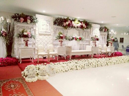 Dekorasi gebyok putih bunga segar bade decoration