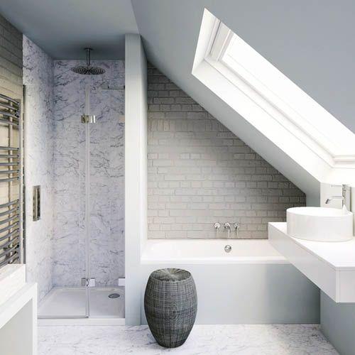 Une salle de bains sous pente avec douche et baignoire Qui a dit que