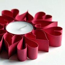 Castiçal feito com corações de rolo de papel higiénico dobrado.