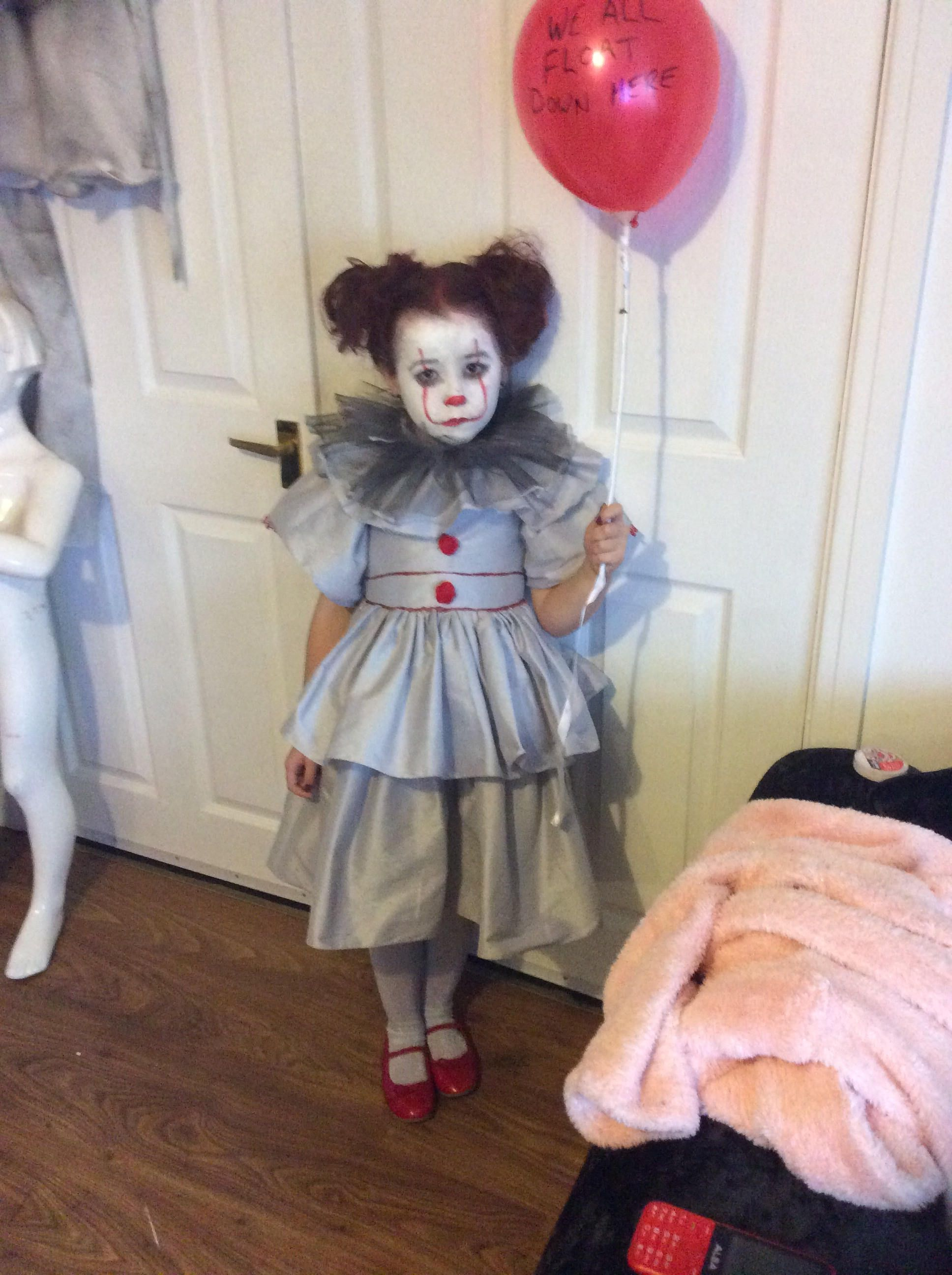 Girls pennywise it costume age 5/7 comes with balloon nex