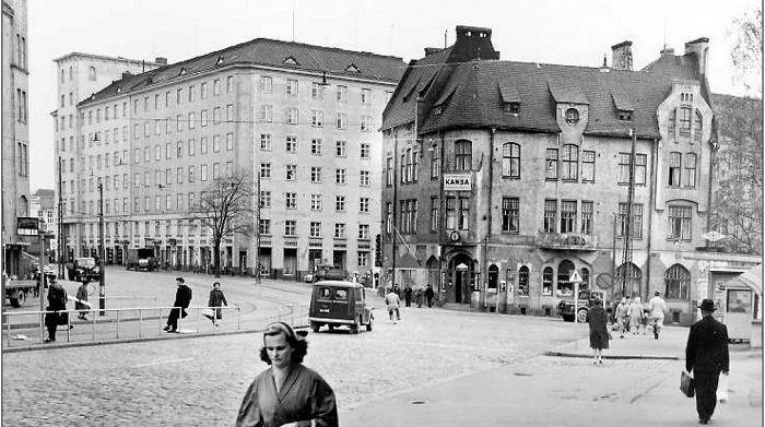 Apteekin talo oli Sörnäisten kauneimpia jugendtaloja Hämeentie 33:ssa. Kuva on otettu noin 1960 ...